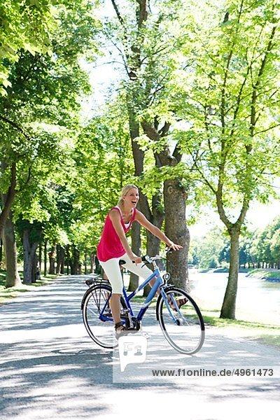 Eine Frau mit dem Fahrrad  Schweden.