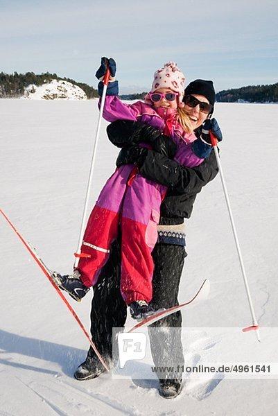 umarmen Ski Tochter Mutter - Mensch Hang