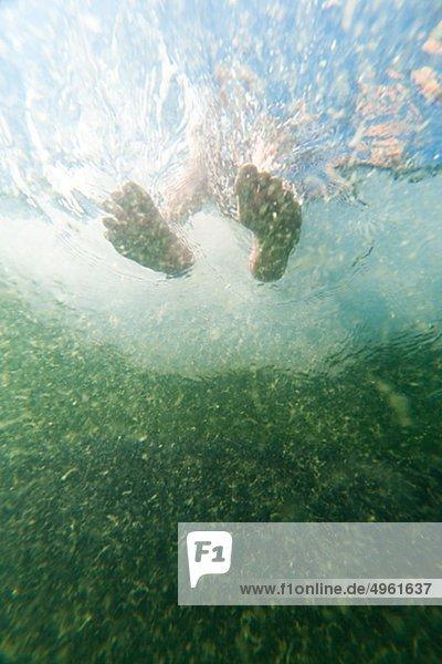 Untersicht Füße im Wasser