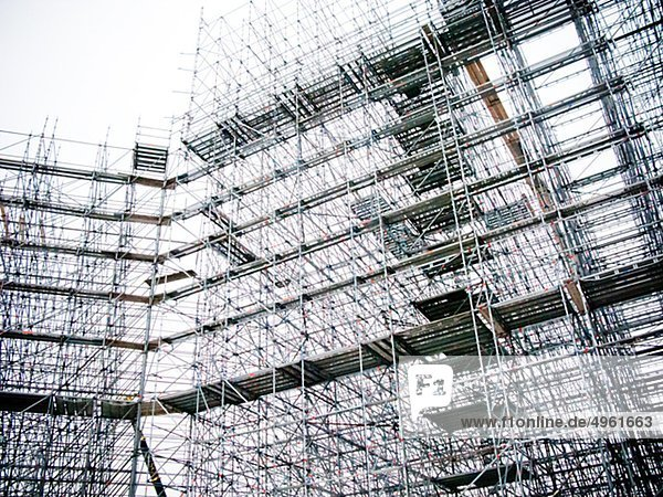 Gebäude mit Gerüsten auf Baustelle