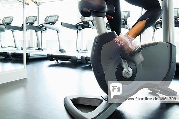 Niedrige Abschnitt der Frau beim training Fahrrad Fitness-Studio