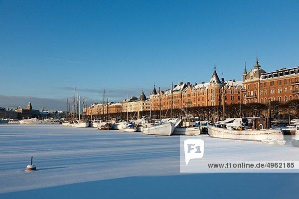 Gefrorenen Fluss in Stadt im winter