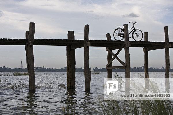 Amarapura  Myanmar  Fahrrad auf der U Bein Brücke geparkt