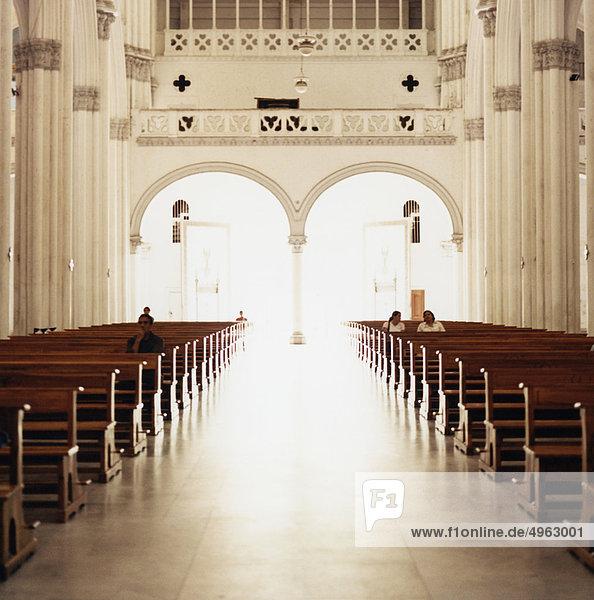 Kirchenschiff und Bögen in der katholischen Kirche