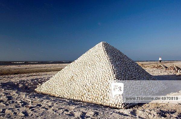 pyramidenförmig  Pyramide  Pyramiden  Skulptur  Sand  Insel  Sanibel  Florida  Pyramide