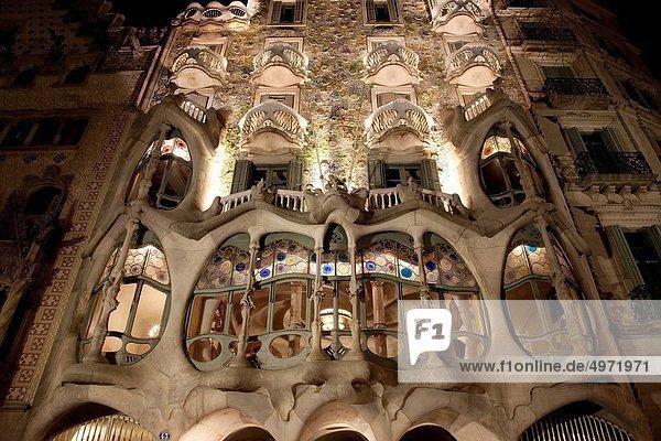 beleuchtet Wohnhaus Nacht Barcelona Katalonien Spanien