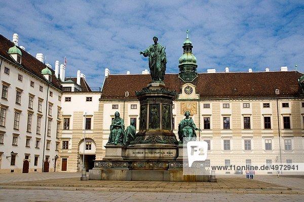 Binnenhafen Wien Hauptstadt Europa Boden Fußboden Fußböden Palast Schloß Schlösser Statue Mittelpunkt Österreich Innenhof Hof Hofburg
