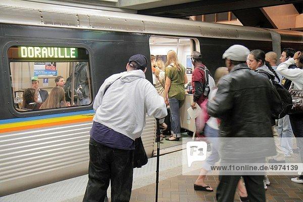 einsteigen  Frau  Mann  Plattform  Pendler  schwarz  Öffentlicher Verkehr  Passagier  Unterführung  multikulturell  Behinderung  Atlanta  Unterarmgehstütze