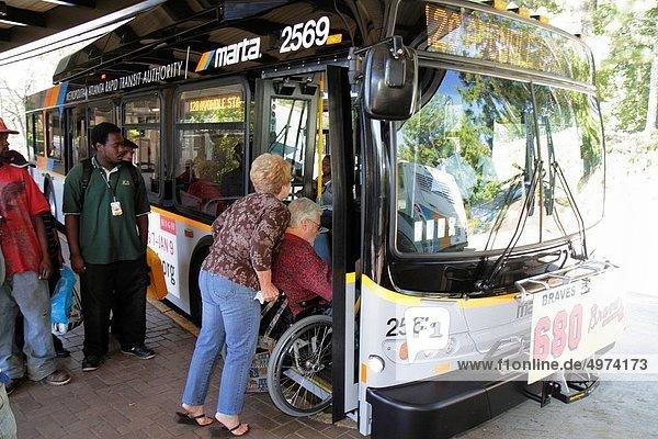 einsteigen  Frau  Mann  Hilfe  Ende  schwarz  Öffentlicher Verkehr  Passagier  Omnibus  erreichbar  Publikum  Behinderung  Atlanta  einstellen  Rollstuhl