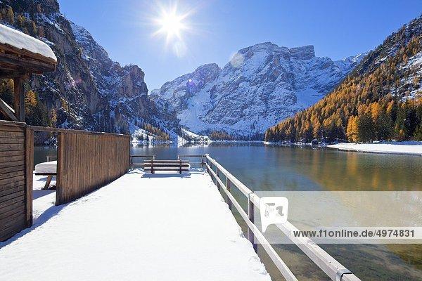 Verschneites Freibad am Pragser Wildsee im Winter  Südtirol  Italien