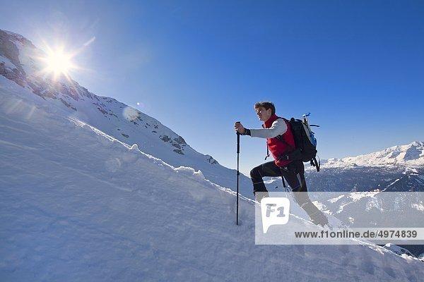Skibergsteiger im Aufstieg zum Gipfel des Bosruck  Alpen  Oberösterreich  Österreich