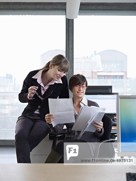 Frau  Geschäftsbesprechung  Besuch  Treffen  trifft  2  Business