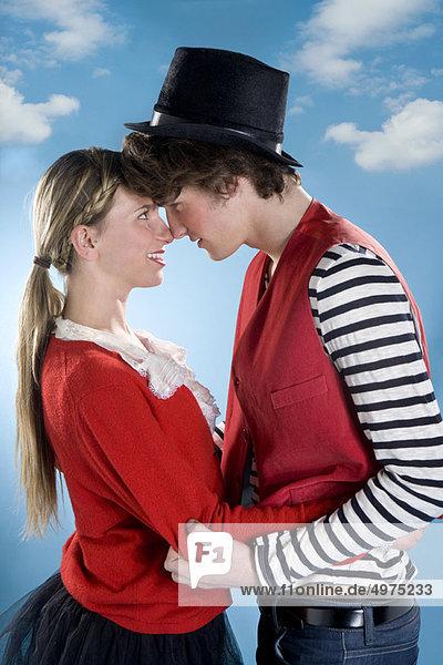Liebespaar trägt zusammen einen roten Look
