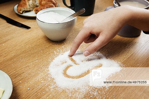 Girl Zeichnung hart in Zucker auf dem Tisch