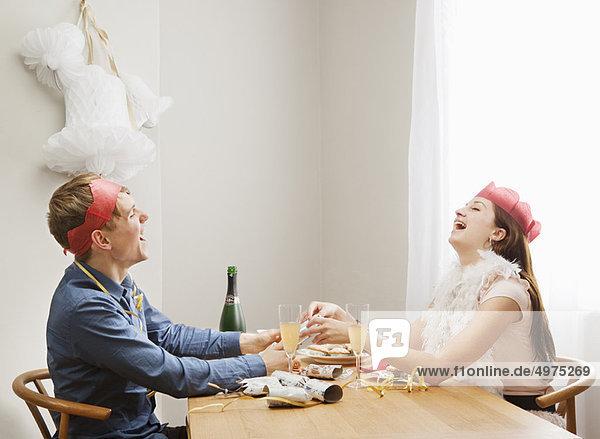 Ein paar ziehende Weihnachtscracker