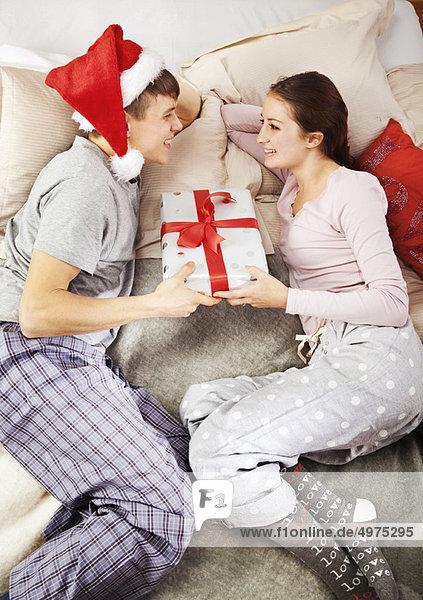 Mann schenkt Partnerin Weihnachtsgeschenk
