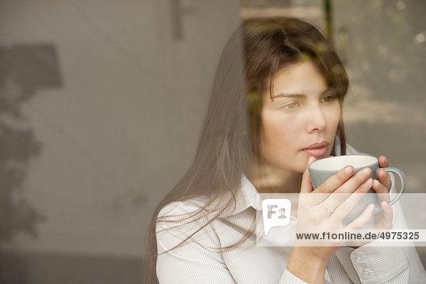 Frau Fenster trinken Tee