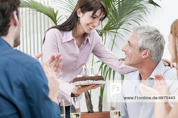 Freunde feiern Geburtstag zusammen