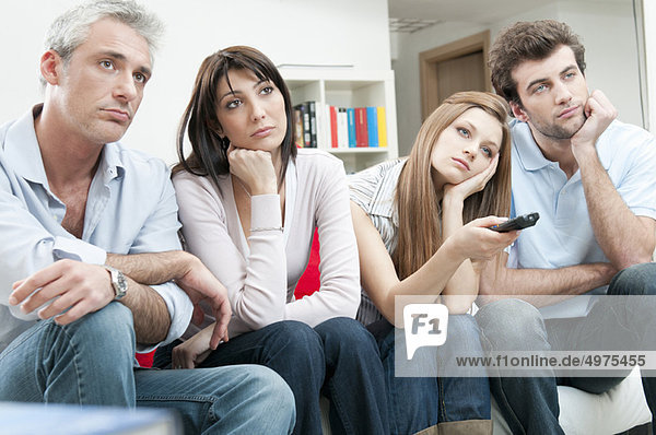 Bored Freunde beim Fernsehen