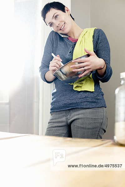 kochen  Frau  multitasking  telefoniert