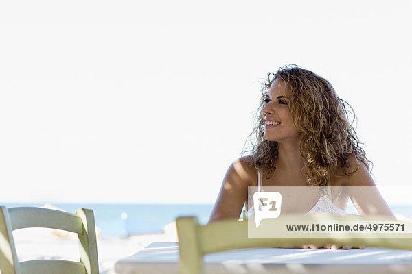 sitzend  Frau  Strand  Tisch