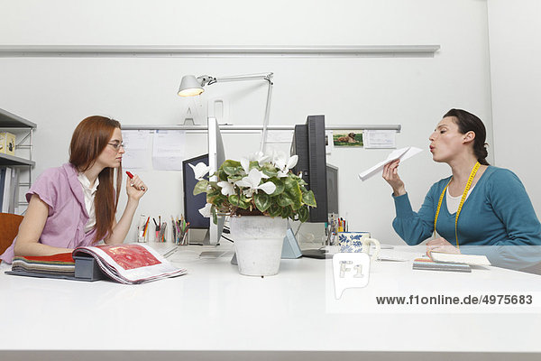 Frauen  die in einem Büro arbeiten