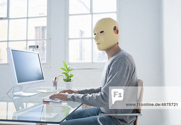 Mann in Crashtest-Dummy-Maske im Büro