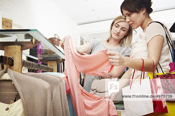 Zwei Frauen beim Einkauf