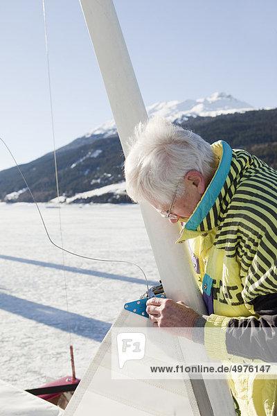 Eissegler beim Aufriggen seines Bootes