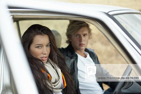 Paar im Auto