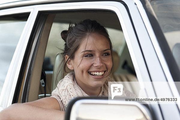 Mädchen lächelt im Auto