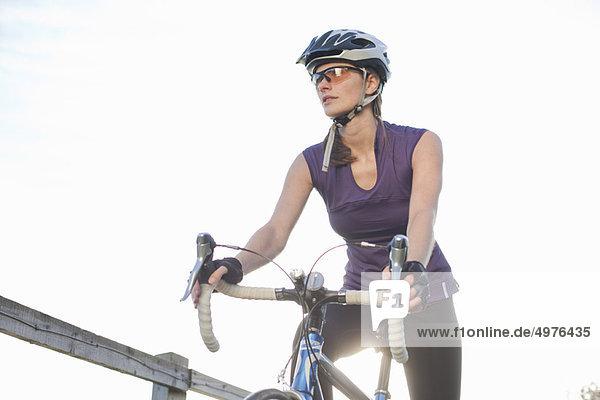 Frau  fahren  Fernverkehrsstraße