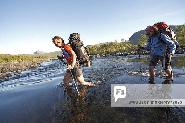 Wandern über den Bergfluss