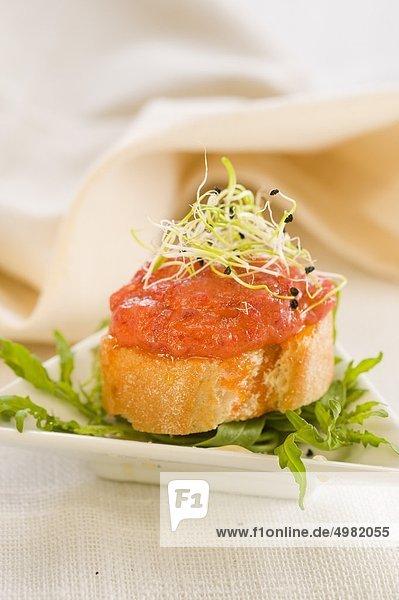 Sobrasada und Honig auf eine mundgerechte Scheibe Brot