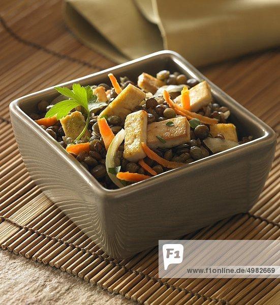 Linsen und gebratenem Tofu Salat