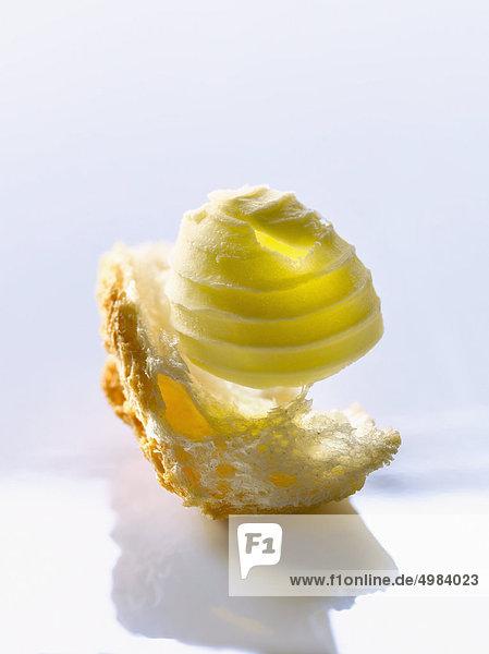 Knob Butter auf ein Stück Brot