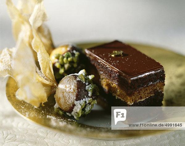 Opà © Ra und Physalis mit Schokolade und Pistazien überzogen Opà © Ra und Physalis mit Schokolade und Pistazien überzogen