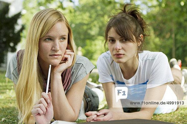 Zwei Studentinnen auf dem Campus