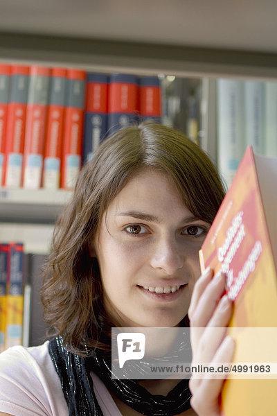 Studentin in der Universitätsbibliothek