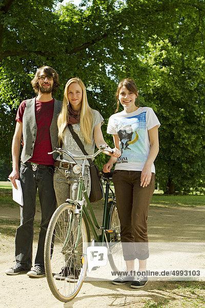 Drei Studenten auf dem Campus