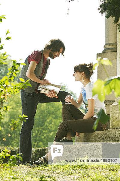Zwei Studenten auf dem Campus