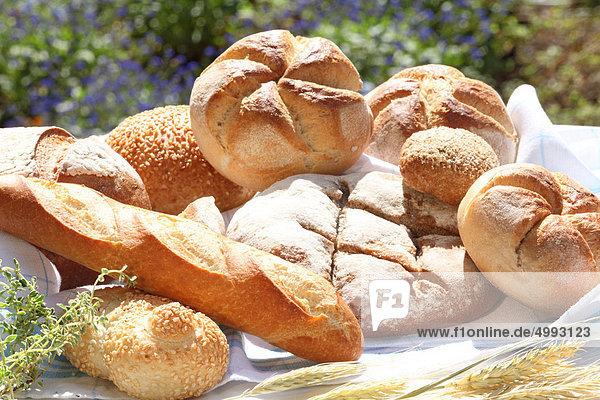 Verschiedene Sorten Brot und Brötchen im Garten