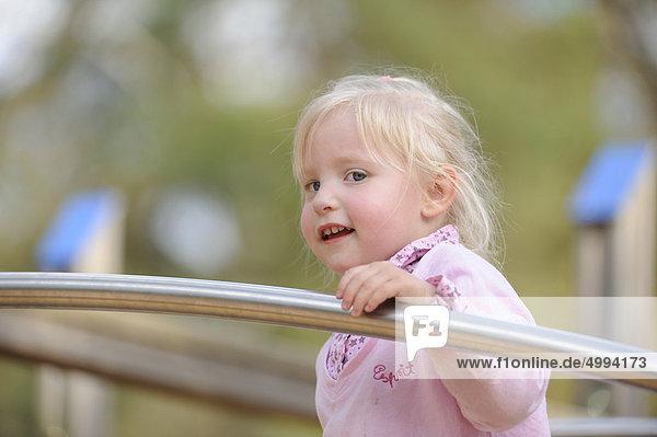 Fröhliches Mädchen auf dem Spielplatz