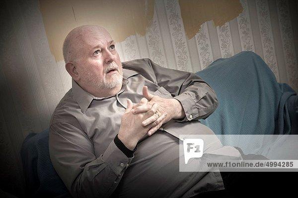sitzend Glatze kahl Mann Couch Mittelpunkt Lebensphase