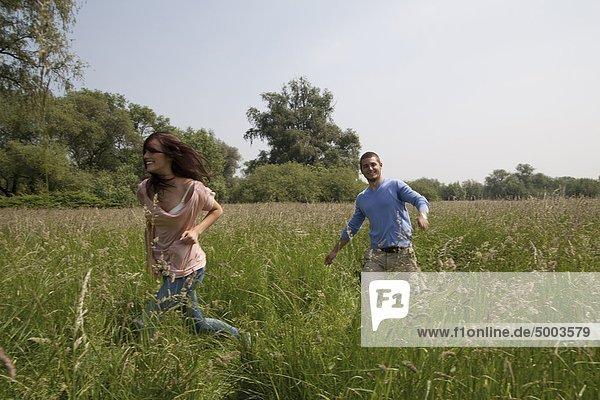 Ausgelassenes junges Paar in einem Feld