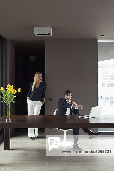Paare arbeiten von zu Hause aus und genießen Sie den Blick auf den Laptop.