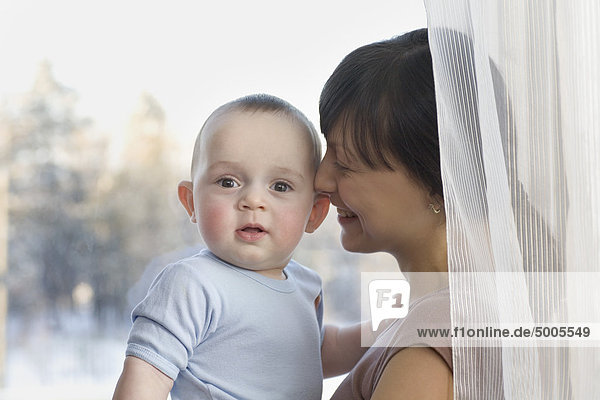 Eine glückliche Mutter und ein Baby
