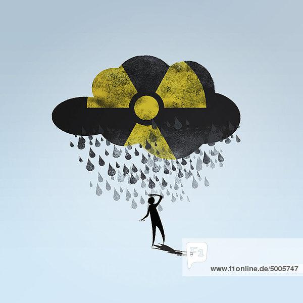 Eine Wolke mit einem radioaktiven Symbol  das auf eine Person regnet.