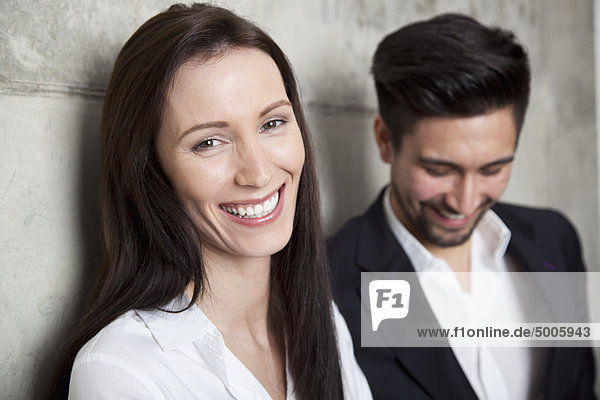 Porträt einer Geschäftsfrau und eines Geschäftsmannes  Kopf und Schultern  Schwerpunkt Frau
