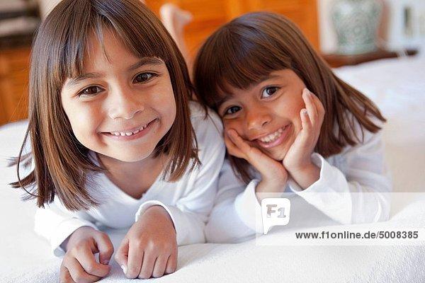 Portrait  lächeln  2  jung  Mädchen
